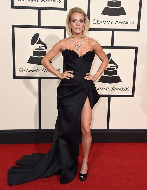 Carrie Underwood con un vestido de abertura lateral y palabra de honor en la alfombra roja de los Premios Grammy 2016