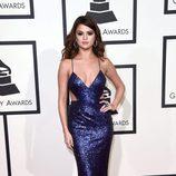 Selena Gomez con un vestido de glitter en color azul en la alfombra roja de los Premios Grammy 2016