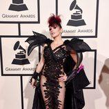 Jacqueline Van Bierk con un vestido de transparencias y hombreras pronunciadas en la alfombra roja de los Premios Grammy 2016.