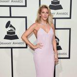 Ellie Goulding con un vestido de corte largo y rosa pastel en la alfombra roja de los Premios Grammy 2016