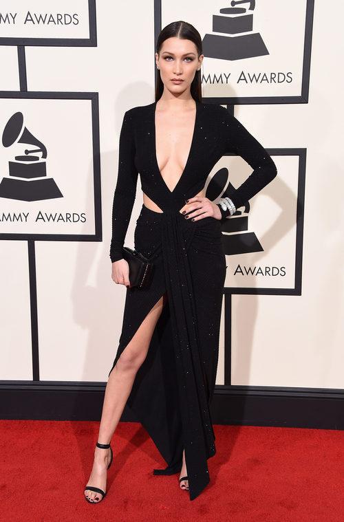 Bella Hadid con un vestido negro de aberturas pronunciadas en la alfombra roja de los Premios Grammy 2016