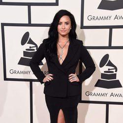 Demi Lovato con un vestido largo de aberturas y manga larga en la alfombra roja de los Premios Grammy 2016