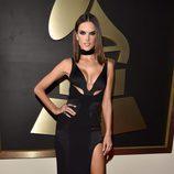 Alessandra Ambrosio opta por un vestido de abertura lateral en la alfombra roja de los Premios Grammy 2016.