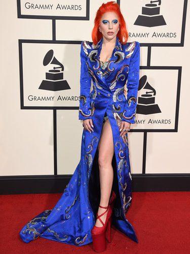 Lady Gaga con un extravagante look en la alfombra roja de los Premios Grammy 2016