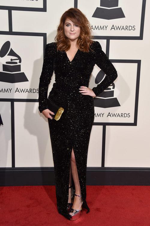 Meghan Trainor con un vestido de glitter en la alfombra roja de los Premios Grammy 2016
