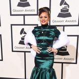 Andra Day con un vestido en verde satinado en la alfombra roja de los Premios Grammy 2016