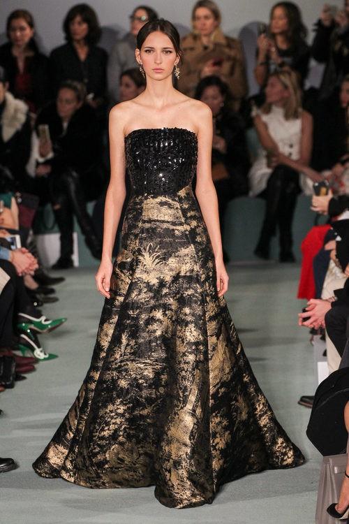 Vestido corte princesa negro de Oscar de la Renta en la New York FW para otoño/invierno 2016/2017