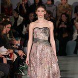 Vestido estampado rosa de Oscar de la Renta en la New York FW para otoño/invierno 2016/2017