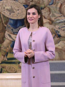 La Reina Letizia repite su abrigo rosa cuarzo