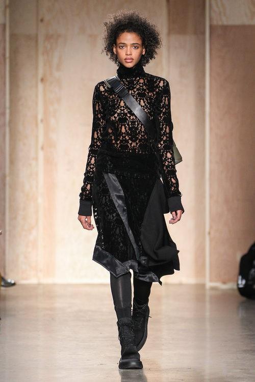 Total look encaje de DKNY en FW de Nueva York para otoño/invierno 2016/2017