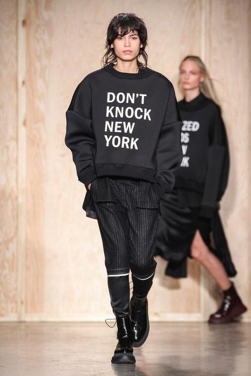 Sudadera con mensaje de DKNY en FW de Nueva York para otoño/invierno 2016/2017