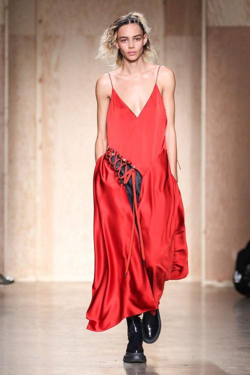 Vestido rojo escotado de DKNY en FW de Nueva York para otoño/invierno 2016/2017