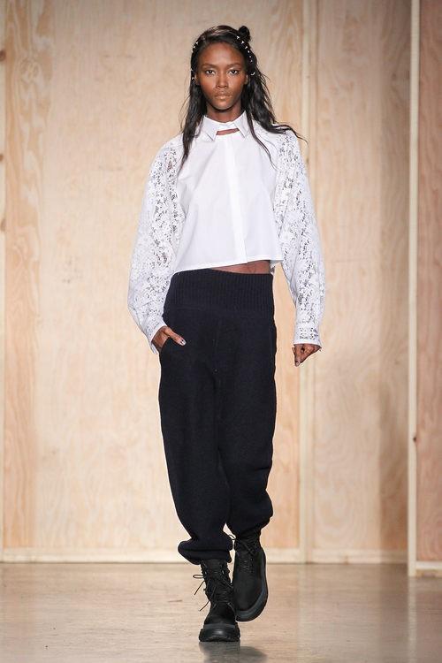 Conjunto blanco y negro de DKNY en FW de Nueva York para otoño/invierno 2016/2017
