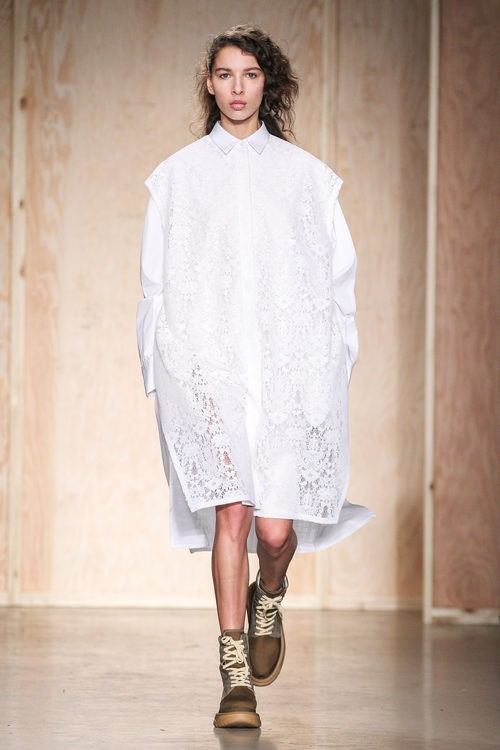 Total look blanco de DKNY en FW de Nueva York para otoño/invierno 2016/2017
