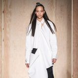 Maxi abrigo asimétrico de DKNY en FW de Nueva York para otoño/invierno 2016/2017