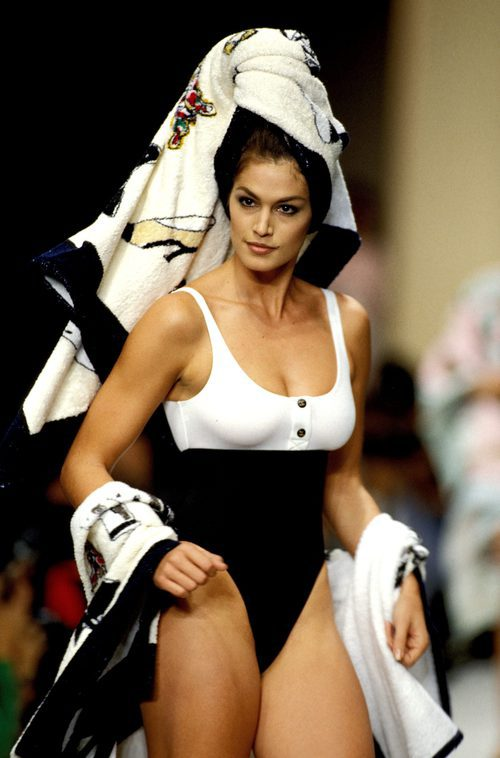Cindy Crawford desfilando para Chanel en la Paris Fashion Week