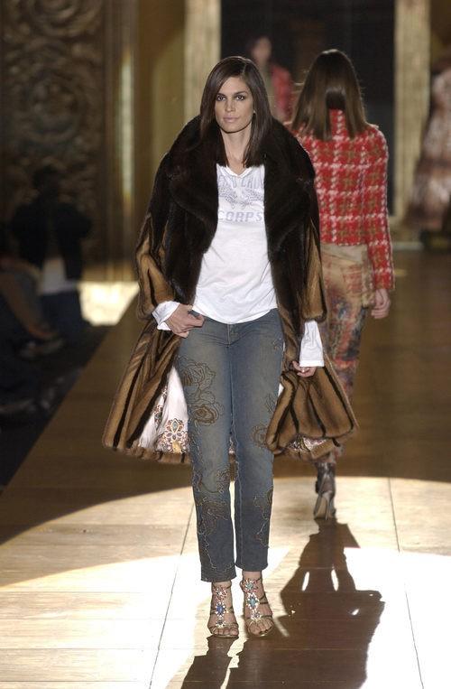 Cindy Crawford desfilando para Roberto Cavalli en Milán