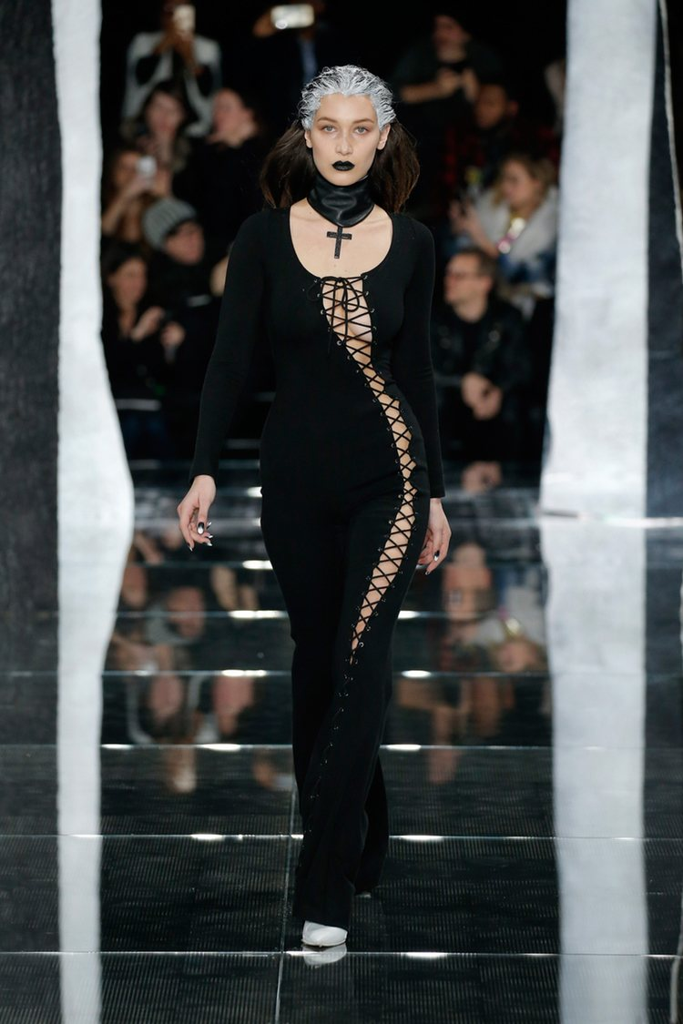 Bella Hadid con vestido de cuero de Fenty by Rihanna en la FW de Nueva York para otoño/invierno 2016/2017