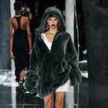 Maxi abrigo de pelo de Fenty by Rihanna en la FW de Nueva York para otoño/invierno 2016/2017