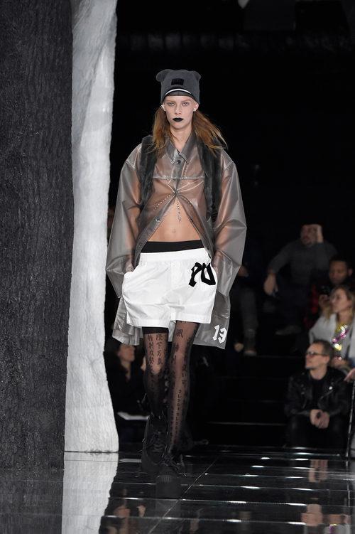 Abrigo transparente de Fenty by Rihanna en la FW de Nueva York para otoño/invierno 2016/2017