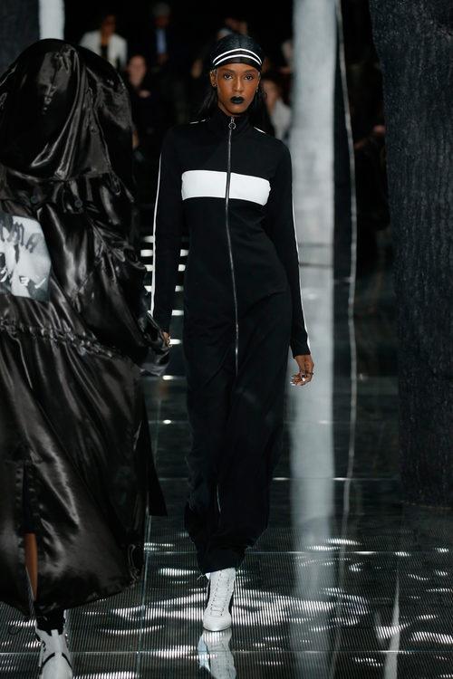 Vestido terciopelo con cremallera de Fenty by Rihanna en la FW de Nueva York para otoño/invierno 2016/2017