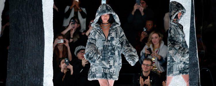 Rihanna con maxi abrigo de Fenty by Rihanna en la FW de Nueva York para otoño/invierno 2016/2017