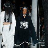 Estilo masculino aterciopelado negro de Fenty by Rihanna en la FW de Nueva York para otoño/invierno 2016/2017