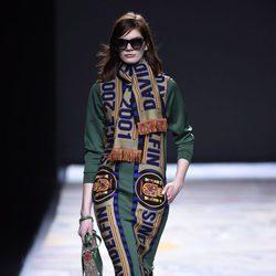 Vestido verde con bufanda de David Delfín en la FW de Madrid para otoño/invierno 2016/2017