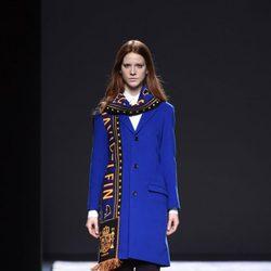 Jersey azul eléctrico y bufanda de David Delfín en la FW de Madrid para otoño/invierno 2016/2017