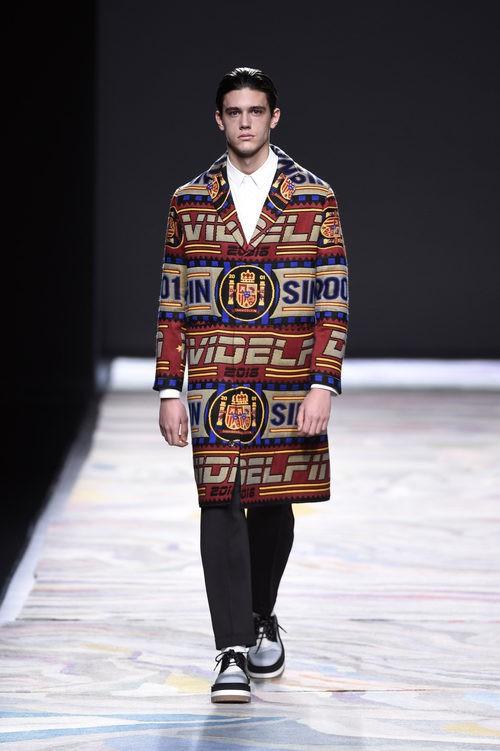 Maxi abrigo estampado de David Delfín en la FW de Madrid para otoño/invierno 2016/2017