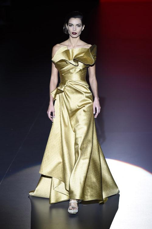 Vestido gala dorado de Hannibal Laguna con la FW de Madrid en otoño/invierno 2016/2017