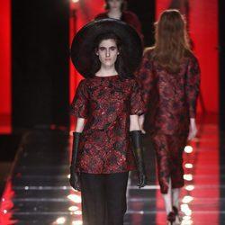 Conjunto rojo y negro de Duyos en la FW de Madrid para otoño/invierno 2016/2017
