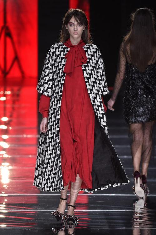 Vestido rojo y maxi abrigo de Duyos en la FW de Madrid para otoño/invierno 2016/2017