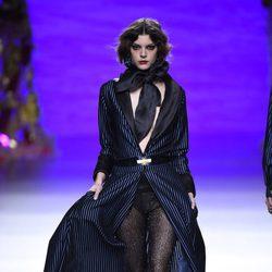 Maxi blazer estilo capa con pantalones efecto lúrex de Francis Montesinos en la FW de Madrid para otoño/invierno 2016/2017