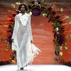Vestido de rejilla blanco con flecos de Francis Montesinos en la FW de Madrid para otoño/invierno 2016/2017