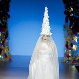 Vestido blanco con tul y capirote de flores de Francis Montesinos en la FW de Madrid para otoño/invierno 2016/2017
