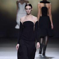Conjunto negro con hombros al aire de Amaya Arzuaga en la FW de Madrid para otoño/invierno 2016/2017