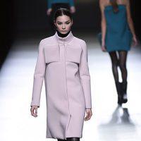 Abrigo rosa cuarzo bolsillos 3D de Amaya Arzuaga en la FW de Madrid para otoño/invierno 2016/2017
