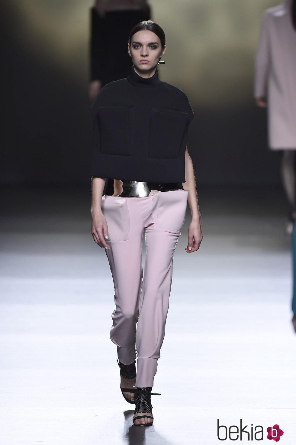Conjunto de pantalón de Amaya Arzuaga en la FW de Madrid para otoño/invierno 2016/2017