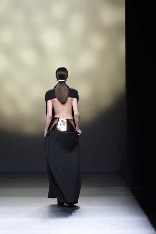 Vestido cocoon de espalda semiabierta de Amaya Arzuaga en la FW de Madrid para otoño/invierno 2016/2017