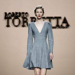 Vestido lady gris de Roberto Torretta en la FW de Madrid para otoño/invierno 2016/2017