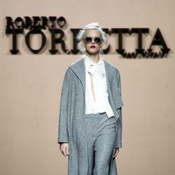 Conjunto gris de Roberto Torretta en la FW de Madrid para otoño/invierno 2016/2017