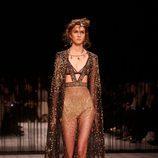 Vestido con detalles dorados de Alexander McQueen en la FW de Londres para otoño/invierno 2016/2017