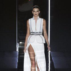 Vestido blanco con detalles metalizados de Felipe Varela en la FW de Madrid para otoño/invierno 2016/2017