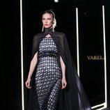 Vestido negro con capa de Felipe Varela en la FW de Madrid para otoño/invierno 2016/2017
