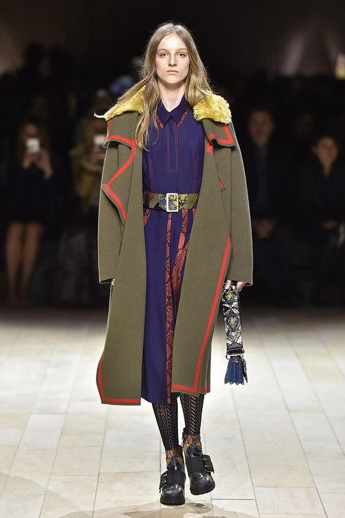 Abrigo caqui y vestido morado de Burberry en la FW de Londres para otoño/invierno 2016/2017