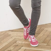 Deportivas rosas de la línea 'Gazelle' de Adidas con IKKS