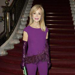 Carmen Lomana se enfunda en un traje dos piezas y guantes de cuero en tonalidad morada