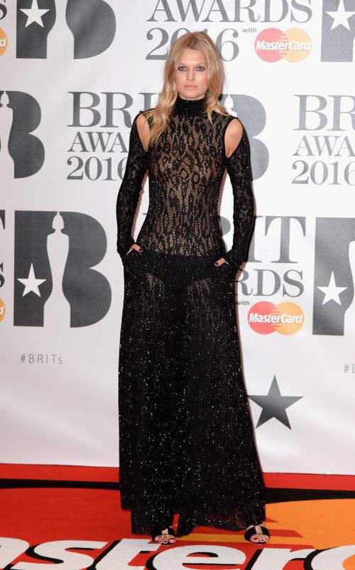 Toni Garrn en la alfombra roja de los Premios Brit 2016