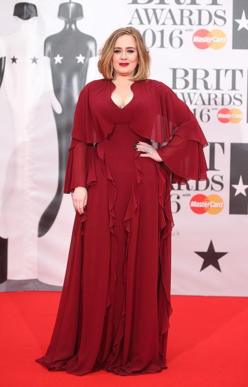 Adele en la alfombra roja de los Premios Brit 2016